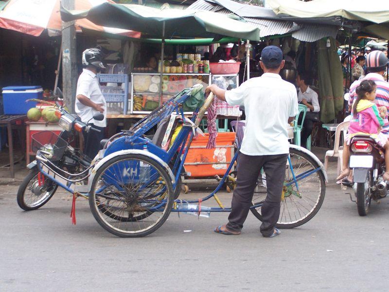 """Un """"Cyclo"""" en un mercado de Phnom Penh"""
